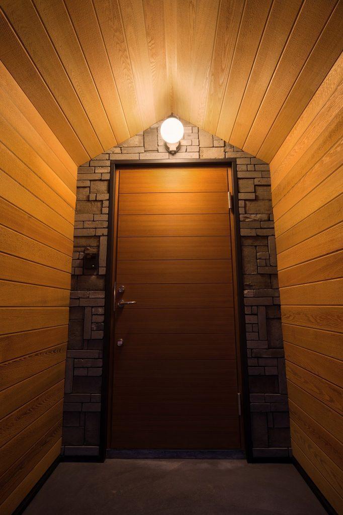 特徴のある玄関も、内観と合わせて木目が美しい。