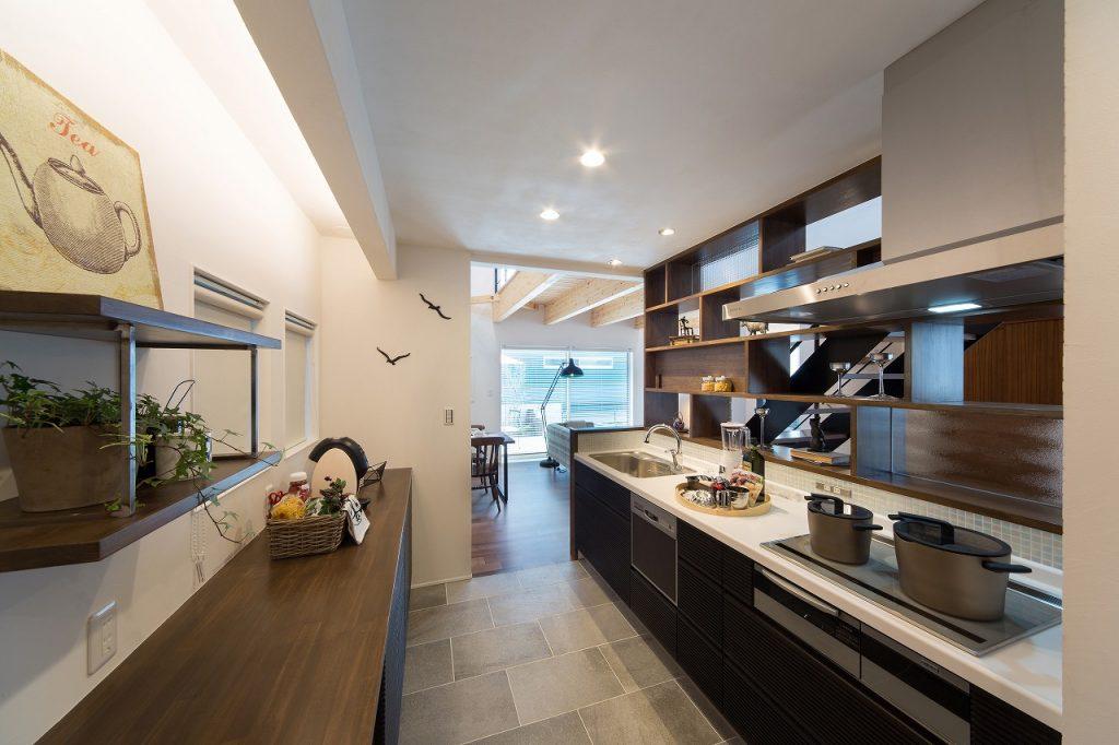 1階の中心にキッチンがあり、家族がどこにいても、気配を感じられる。