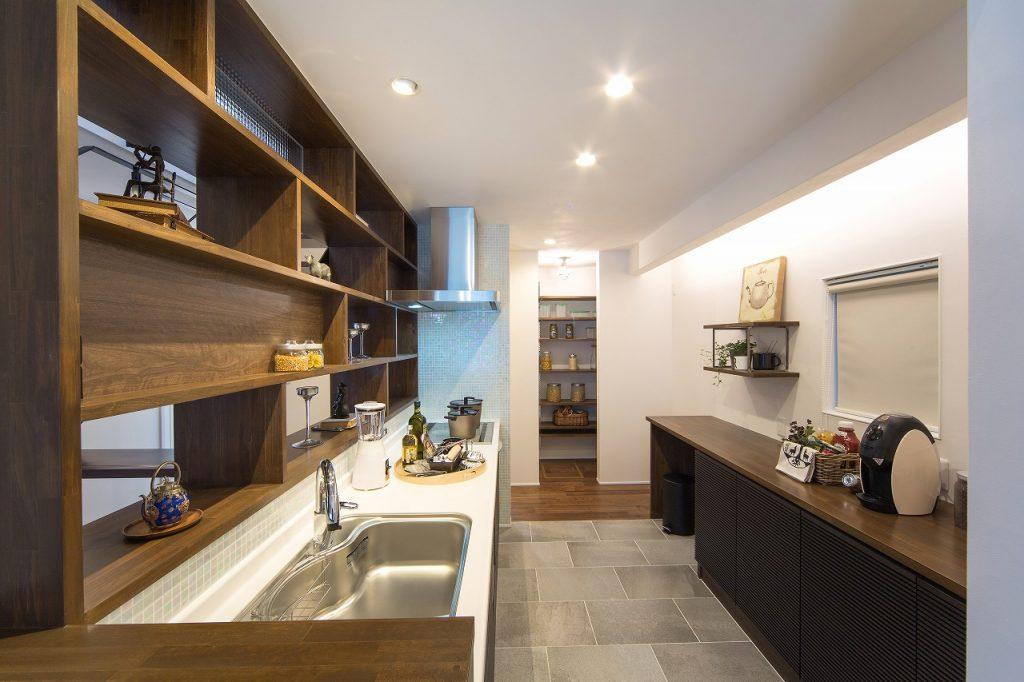 キッチンには、作り付けのディスプレイ棚とサーモタイルで使う人に優しい設計。