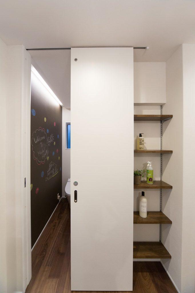 トイレの扉を閉めると現れる 便利な可動棚収納。