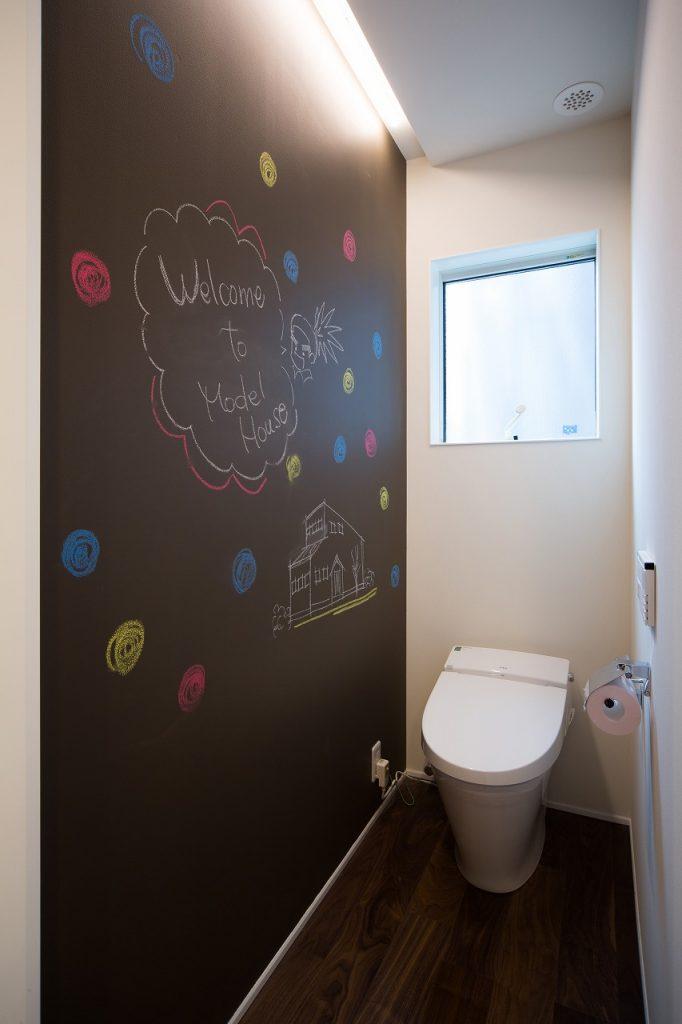 トイレには、落書きできるブラックボードでお子さんも大喜び。
