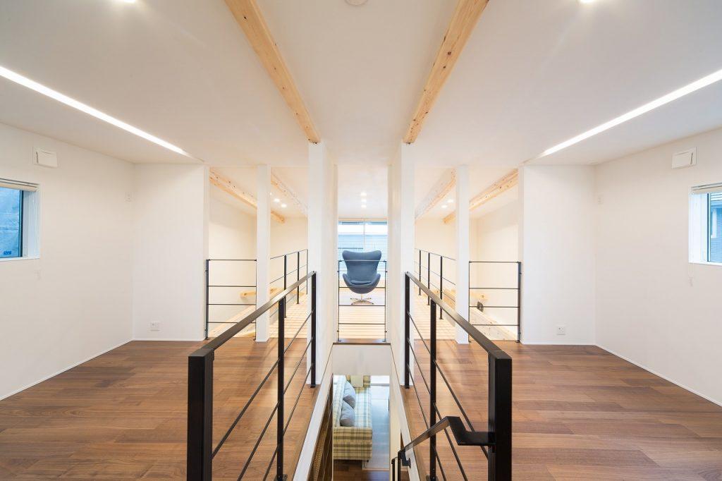 2階は将来的に2部屋に仕切ることができる開放的な空間。